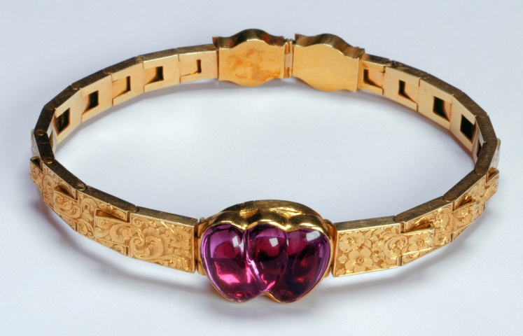 1839 amethyst and gold bracelet belonging to queen victoria gift on her engagement to albert via royal collection trust