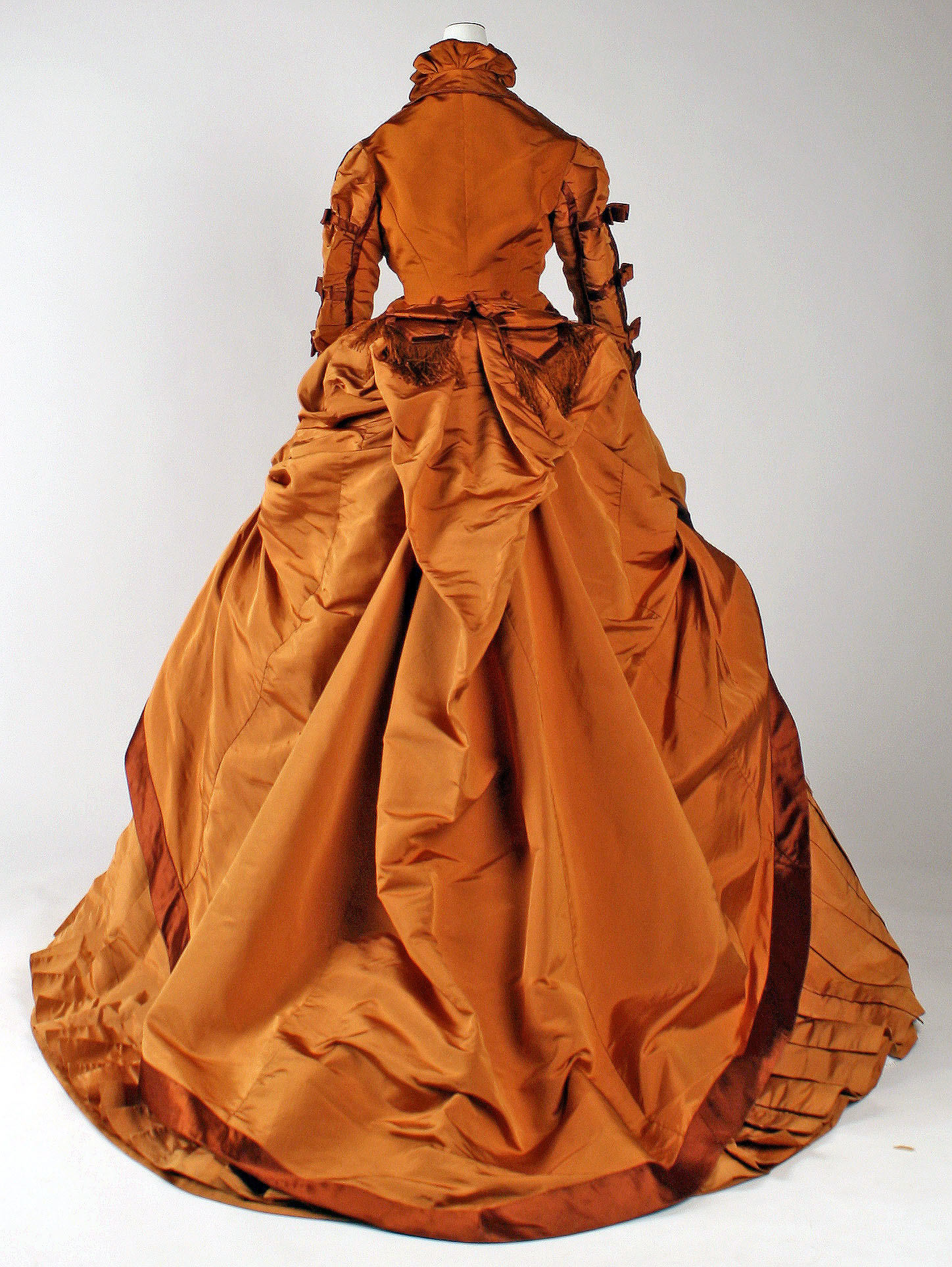 1867e2809371 depret french silk gown 3 via met museum